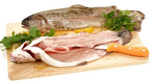 Приготовление рыбы на доске