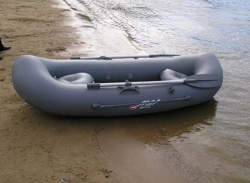 Замкнутая резиновая лодка