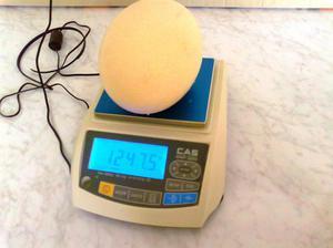 Страусиное яйцо на весах